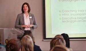 Linda van der Wal voor een volle zaal slimme professionals